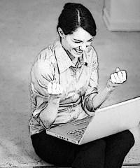 femme-contente-devant-ordinateur